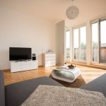 Komfortables Wohnzimmer mit Flachbildschirm