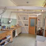 Blick in die Küche mit Tür zum Bad